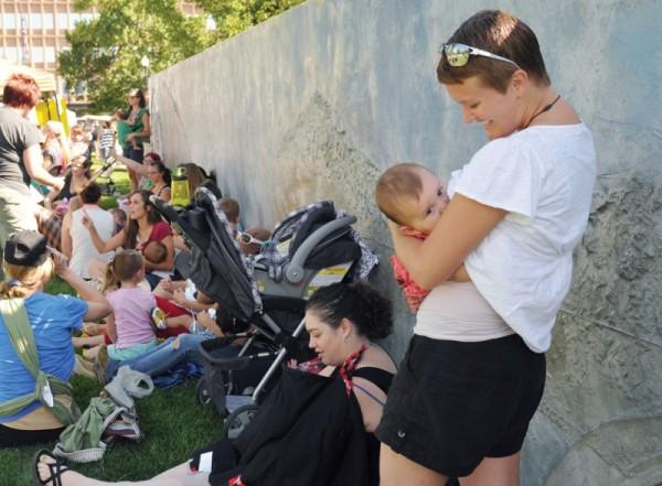 story-04-1a7-breastfeed1w-212643
